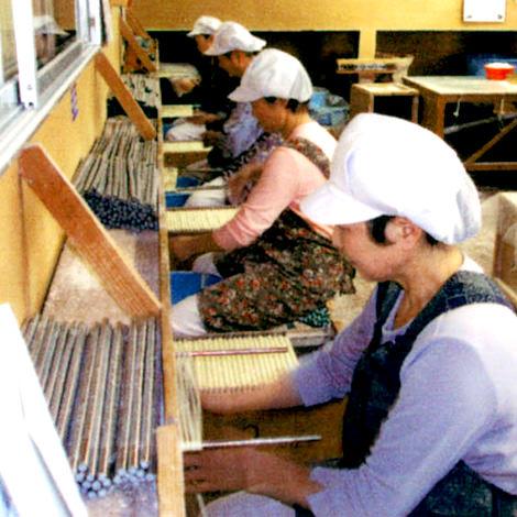 写真:稲庭ラーメン・稲庭うどん製造工程、綯う
