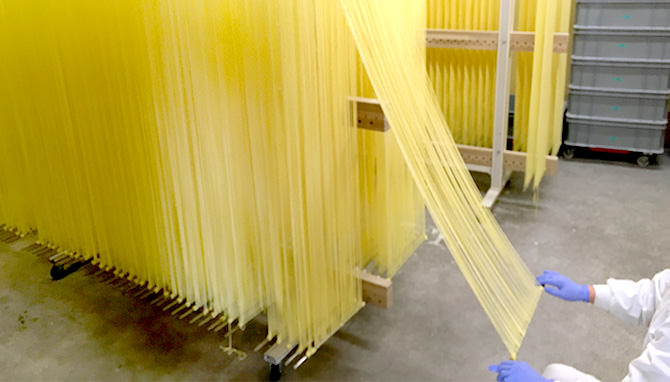 写真:稲庭ラーメン・稲庭うどん製造工程伸ばし、箸入れ