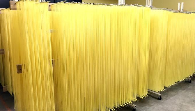 写真:稲庭ラーメン・稲庭うどん製造工程乾燥